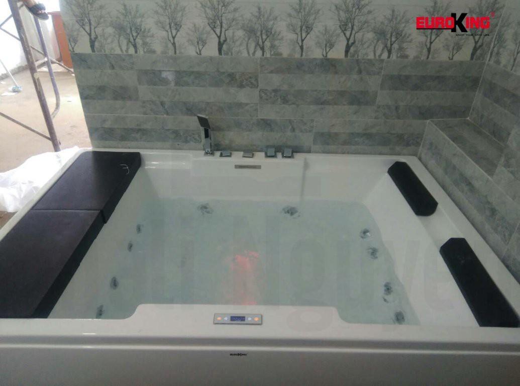 Bồn tắm massage EU-1101A đang hoạt động.