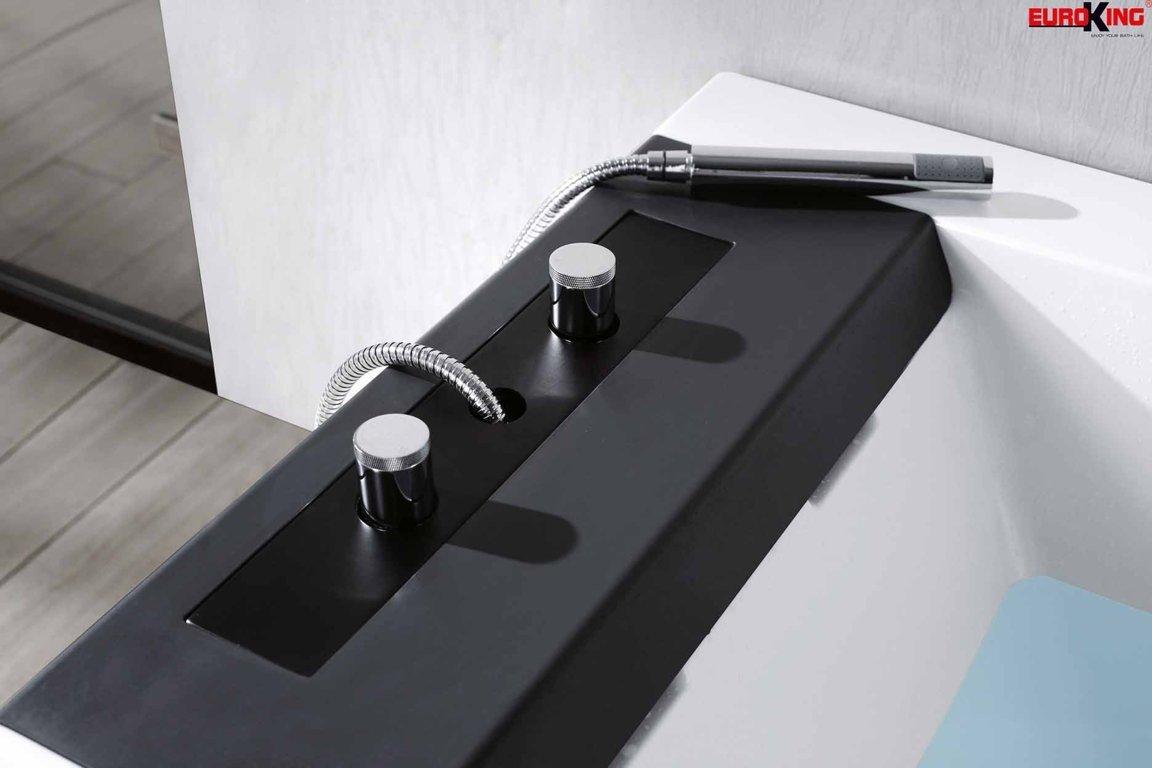 Vòi sen và các nút điều chỉnh của bồn tắm EU-1108B.
