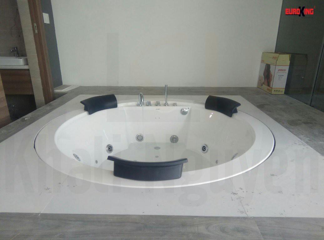 Bồn tắm massage Euroking EU-6168D với thiết kế âm sàn đẹp mắt.