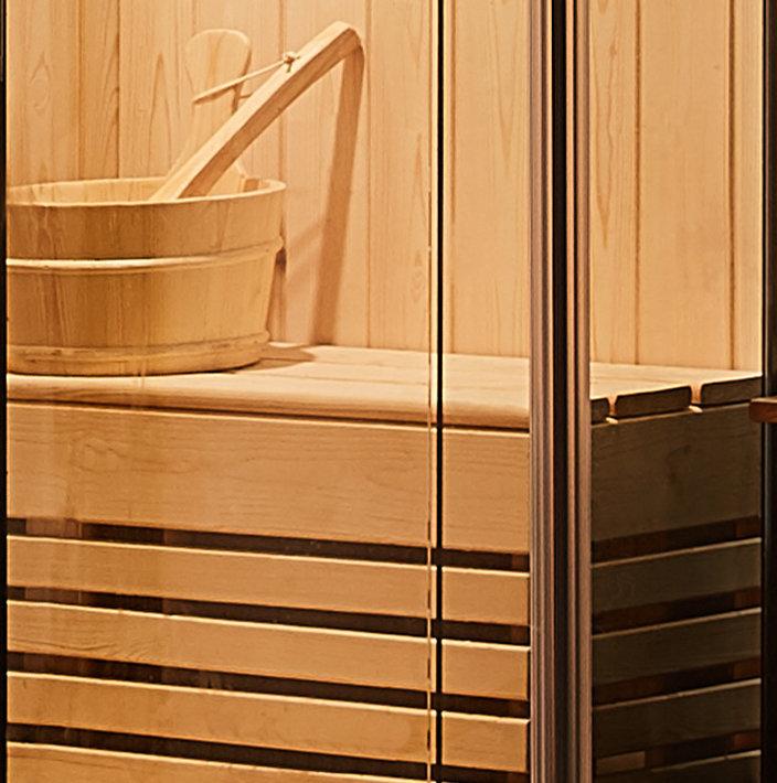 Chậu nước, muỗng múc nước và ghế ngồi làm hoàn toàn bằng gỗ