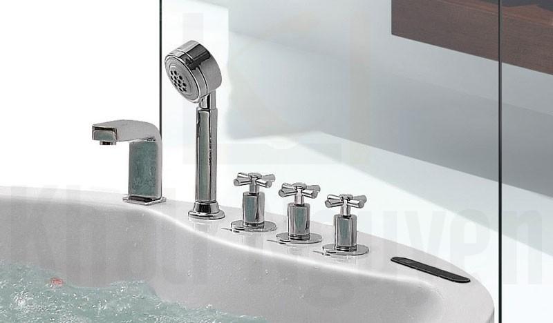 Vòi cấp nước. sen tay, các van điều chỉnh và bảng điều khiển của bồn tắm massage